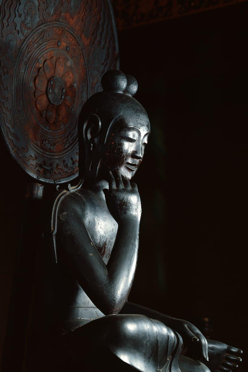 中宮寺本尊 国宝菩薩半跏像(寺伝如意輪観音) 全体の画像